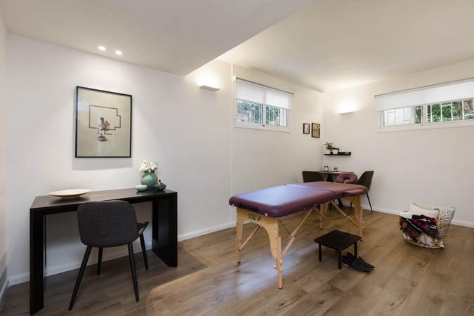 חדר טיפולים מאובזר ומותאם ללקוחות