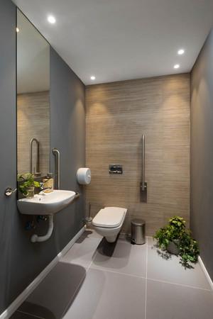 חדר שירותים נקי ומעוצב