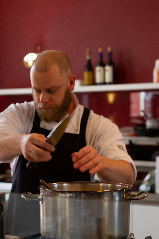 werkende kok in keuken
