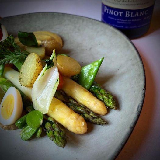 witte en groene asperges met ei en krieltjes