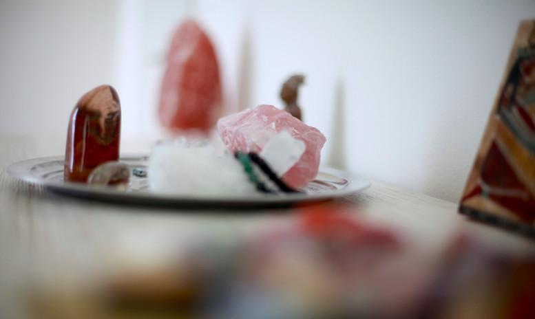 Tisch mit Steinen.JPG