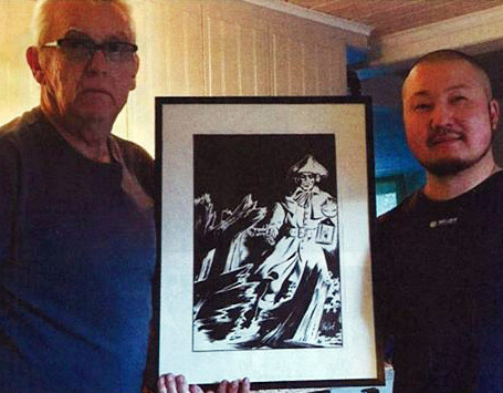 Elias Bolinder (right) with his father Lars-Erik and the drawing Vallvé gave to his grandparents (original image Fantomen 1/2020)