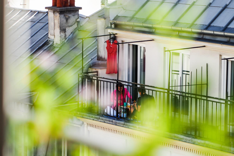 Paar auf einem Balkon in Paris