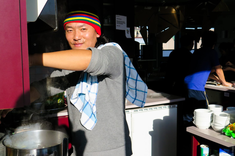 Lächelnder mann beim Kochen