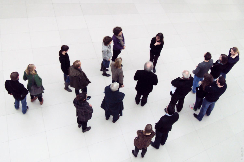 Gruppe im Museum von oben