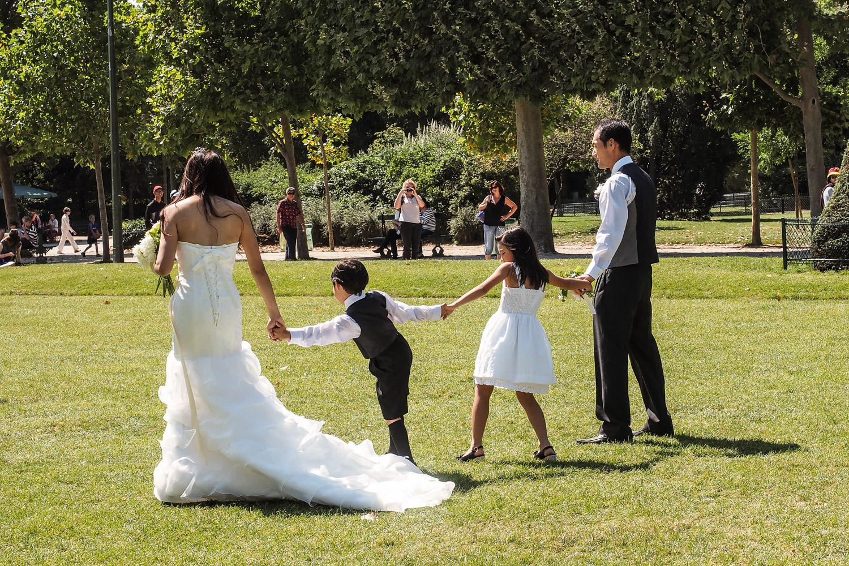 Hochzeitsfoto vor dem Eiffelturm
