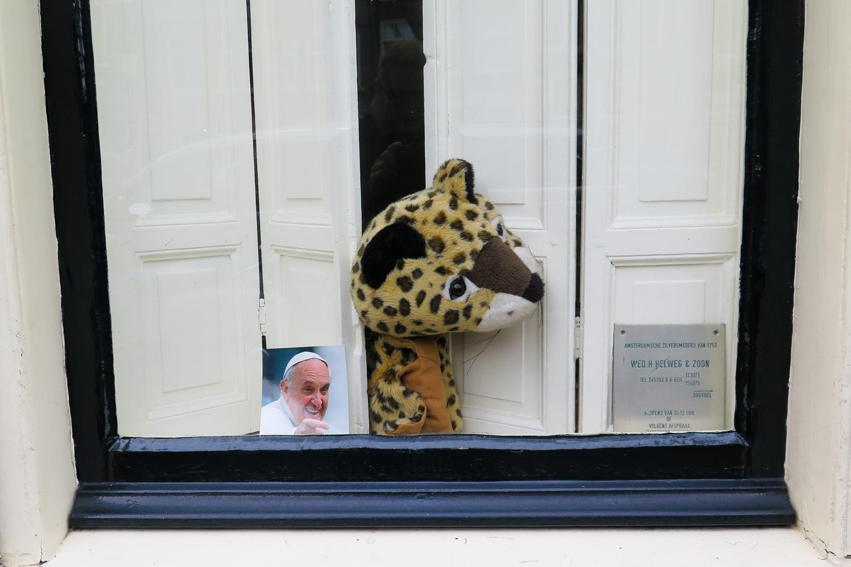Neutral_Fenster_Stofftier_Papst