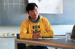 Mann in gelbem Pullover