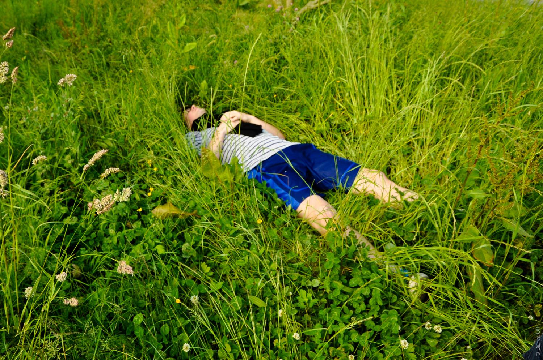 Mann in einer Wiese liegend