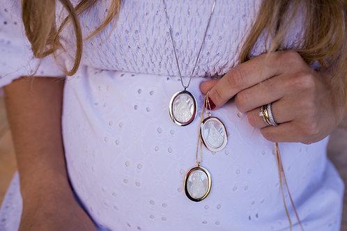 H2195 - Colar Medalha Nossa Senhora em Madrepérola com Contorno Liso