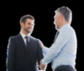 Empresários apertando aos mãos