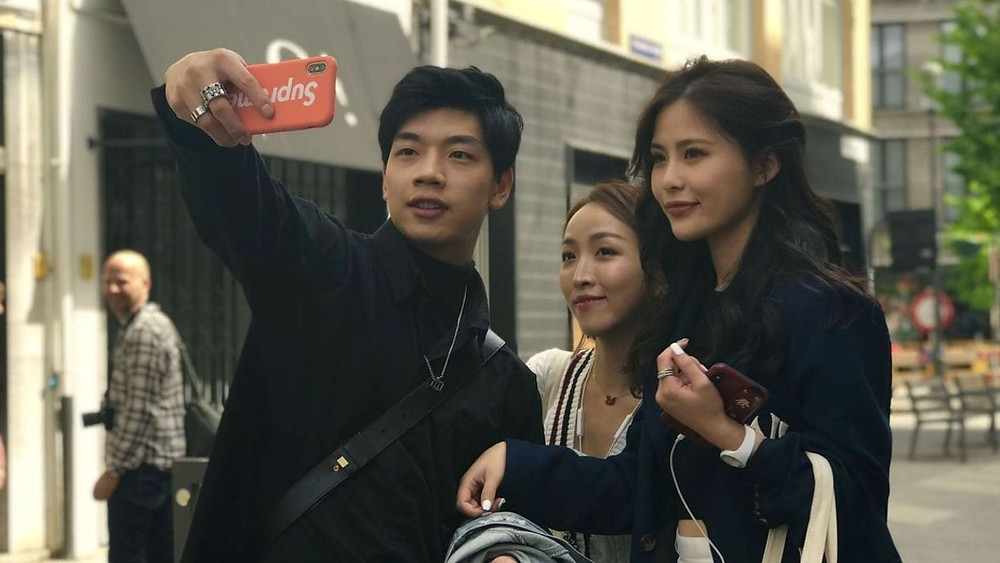 De jeunes millennials prennent un selfie