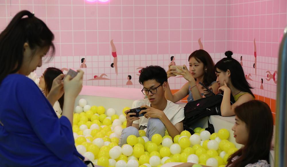 Jeune chinois connecté vivant l'experience de la Egg House de Shanghai