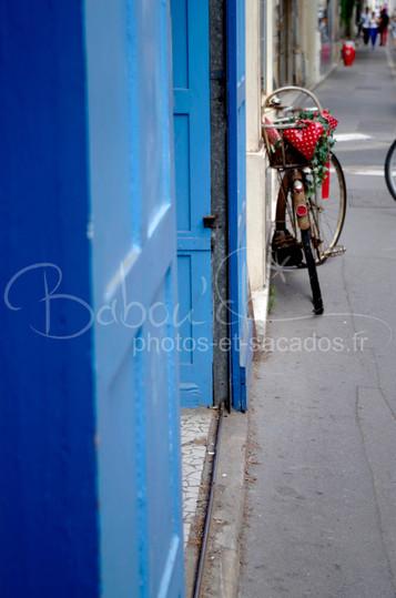 Vélo,_rue_de_Tours,_France.jpg