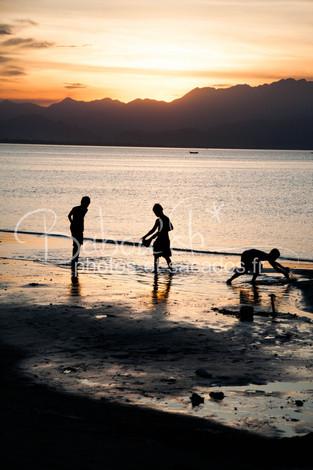 Enfants jouant dans l'eau, Da nang, Viet