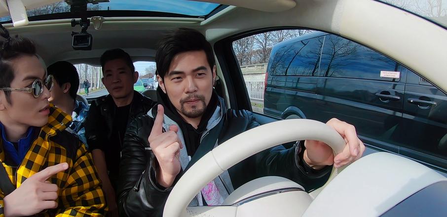 周杰倫(右)在Netflix華語實境節目《周遊記》中,帶著金曲歌王蕭敬騰(左)到