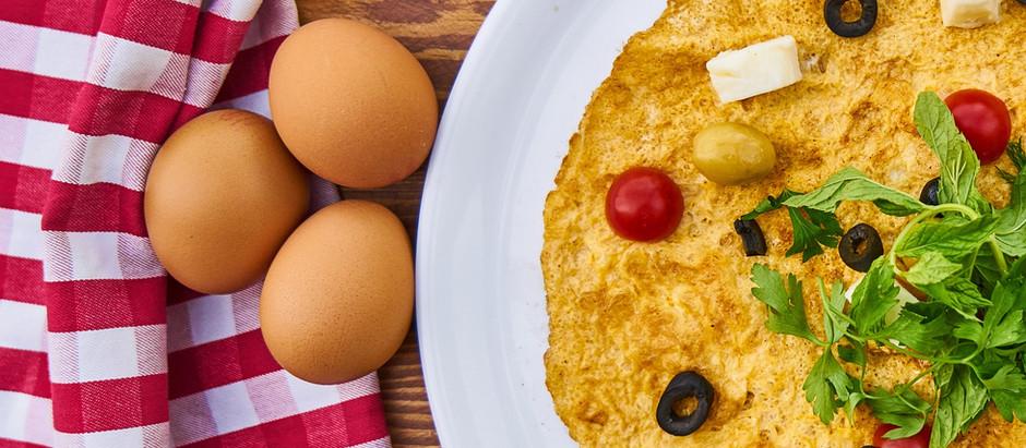 Omlet z szynki, pomidorów i mozzarelli