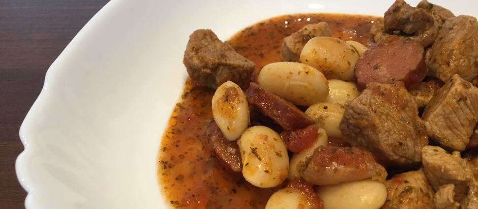 Gulasz z szynki, fasoli i chorizo