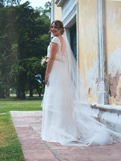 Flavia y su vestido de tul bordado de algodón