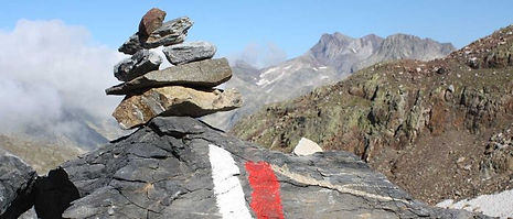 Senderismo-montaña-pirineos_1400x600_portada-1-696x298.jpg