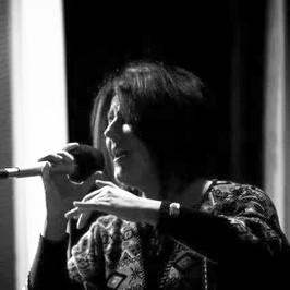 """Mi presento così:  """"Mi chiamo Elvira Cadorin, sono pianista e cantante e da molti anni lavoro con """"le voci"""". Collaboro come pianista con diversi insegnanti di canto lirico, ma la mia passione per la musica e la vocalità nel senso più ampio del termine, mi porta ad interessarmi a repertori tanto diversi tra loro quanto affascinanti.... Dal Barocco al Rock.....  Ho affiancato così alla formazione classica, un percorso più """"leggero"""" ed eclettico, seguita da professionisti preparati ed affermati, che in questi anni hanno arricchito la mia conoscenza ed il mio entusiasmo per questo meraviglioso pianeta che è la voce umana nelle sue innumerevoli sfumature. Il mio obiettivo dunque, è quello di far trovare, a chi ne sentisse la curiosità e il desiderio, la """"propria"""" voce. E, insieme, potremo far emergere predisposizioni e attitudini personali, attraverso un lavoro tecnico/musicale basato su lezioni individuali e collettive, che preveda anche la collaborazione con strumentisti, la partecipazione a stage e corsi formativi e possibili lezioni con registi o esperti di palcoscenico.... Utilissime, qualsiasi sia il genere musicale che si va ad affrontare, perché stare di fronte ad una platea richiede coraggio, si sa.... Ma si può imparare, e i benefici che se ne traggono a livello emotivo, rendono più fluida la comunicazione a qualsiasi livello, nella vita quotidiana e nelle relazioni. Dunque, perché non provarci??? Io sarò disponibile presso questo istituto il martedì, a partire dal mese di ottobre.""""     Si diploma in pianoforte nel 1991 presso il conservatorio A. Pedrollo di Vicenza e collabora per oltre vent'anni con la maestra di canto lirico E .Baechi in qualità di maestro accompagnatore e successivamente con i maestri, G. Donadini, E. Battaglia e A. Juvarra e altri.  In quegli anni studia canto lirico e barocco e segue a Londra i master di E. Kirkby e J. Cash. Lavora con l'ensemble vocale e strumentale Sine Nomine diretto dal maestro C. Rebeschini, con il quale prende parte"""