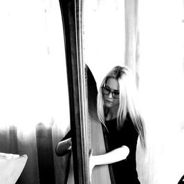 """Ha cominciato lo studio dell'arpa celtica da bambina con la maestra Mara Appon presso l'Associazione Amici della Musica """"Salvador Gandino"""" di Porcia (PN), per poi proseguire con lo studio dell'arpa a pedali sotto la guida della maestra Lucia De Antoni, sempre presso la medesima associazione. Nel marzo del 2019 ha brillantemente conseguito il Diploma di Secondo Livello in Arpa presso il Conservatorio di Musica """"Benedetto Marcello"""" di Venezia nella classe della Prof.ssa Elisabetta Ghebbioni, proponendo un originale arrangiamento della """"Fantasia para un gentilhombre"""" di J. Rodrigo per arpa e chitarra. Dal settembre 2016 al febbraio 2017 ha aderito al progetto ERASMUS +, trascorrendo 6 mesi presso il Conservatorio Superiore di Musica """"J. Rodrigo"""" di Valencia, per approfondire lo studio della musica spagnola e la sua trascrizione ed esecuzione all'arpa. Nel maggio 2016 ha partecipato al concorso """"Diapason d'Oro"""", organizzato dall'associazione """"Farandola"""" di Pordenone, nella categoria """"Arpa solista"""", ottenendo un ottimo risultato. Nel maggio 2017 ha vinto il Primo Premio al suddetto concorso, presentandosi in duo con la collega arpista Giada Dal Cin ed eseguendo in prima assoluta il brano """"Dialogue"""" della compositrice Paola Devoti. Ha partecipato inoltre a masterclass con arpiste di fama internazionale, quali Isabelle Moretti (Docente al Conservatorio Nazionale Superiore di Parigi), Olga Mazzia (Prima Arpa dell'Orchestra del Teatro La Scala di Milano), Giuseppina Vergine ( Prima Arpa del Teatro Bellini di Catania), Maria Christina Cleary (una delle massime esperte in arpe antiche), Nabila Chajai (Prima Arpa dell'Orchestra del Teatro La Fenice di Venezia) e Davide Burani (concertista riconosciuto a livello internazionale). Numerose sono le associazioni e istituzioni con le quali ha collaborato e collabora attualmente, tenendo concerti sia in qualità di solista (Ass.ne Amici della Musica """"Salvador Gandino"""" di Porcia, Rotary, Lions Club) che in formazione cameristica (Ass.ne"""