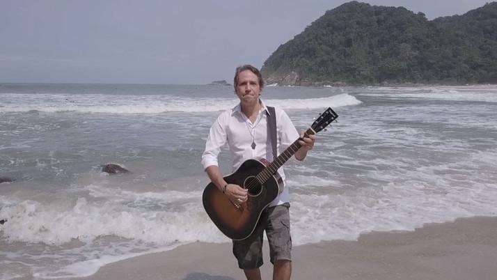 """''Felipe Machado, do VIPER, lança videoclipe de """"Na Praia"""", filmado no litoral norte de São Paulo''"""