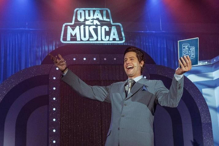 ''Em montagem inédita,espetáculo musical Silvio Santos Vem Aí! segue temporada no 033 Rooftop''