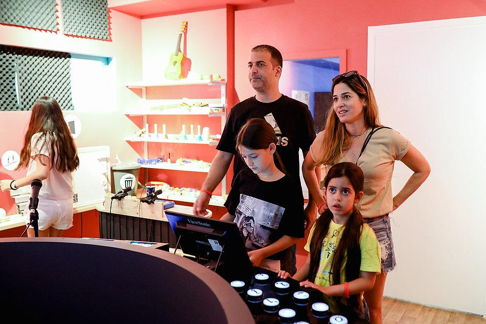 הורים וילדים במרכז המבקרים