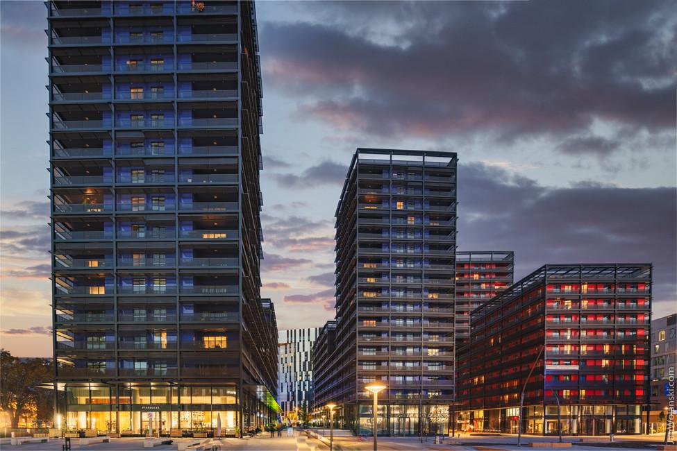 Архитектурная фотография фасада домов европейского жилого комплекса
