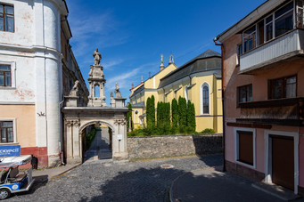 арка входу до Кафедральний костел святих Апостолів Петра і Павла, Кам'янець-Подільский
