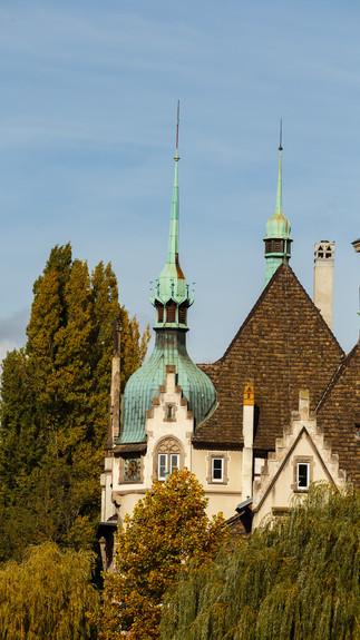 Архитектурная фотография элемента крыши дома в Страсбурге.