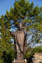 памятник Иоанна Павла втором на территории Кафедральный костел святых Апостолов Петра и Павла, Каменец-Подольский