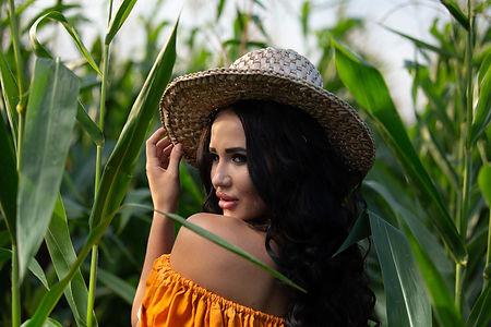 Портрет красивой девушки в кукурузном поле