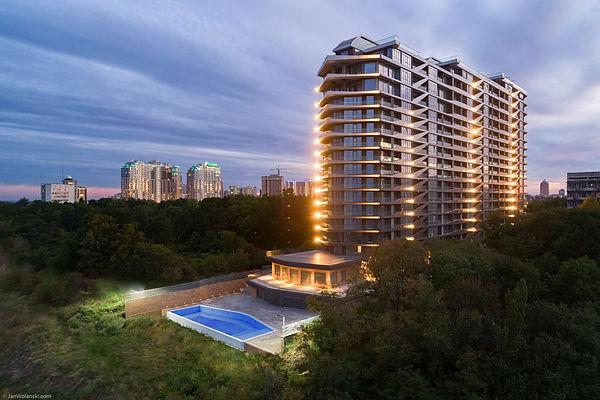 Фотографія фасада зданія жтлого комплекса Greenwood в Одессе.