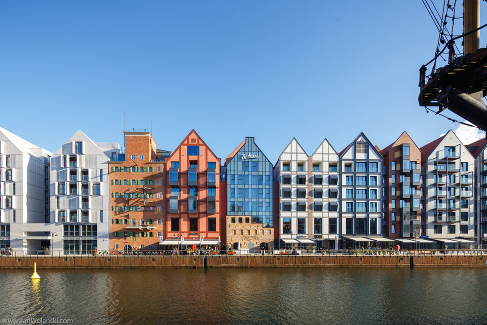 Архитектурная фотография фасада домов на набережной города Гданськ, Польша.