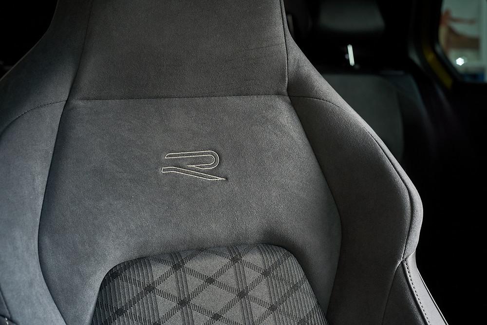 Вышивка на переднем сиденье Фолксваген Гольф 8го поколения, R-Line. Автомобильный фотограф Ян Волянский.