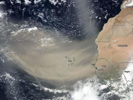 Satélite da NASA revela nuvem de poeira gigante do Saara sobre o oceano Atlântico