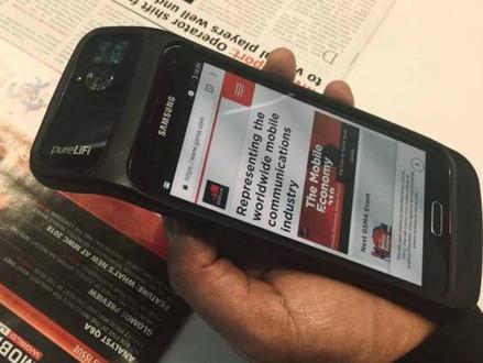 Empresa mostra capinha de celular equipada com Li-Fi, a internet via luz