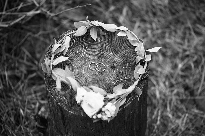 Eheringe und Brautkranz,Symbole für Hochzeit. Rituale freie Trauung.