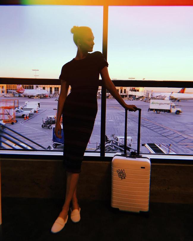 karlie kloss in travel dress