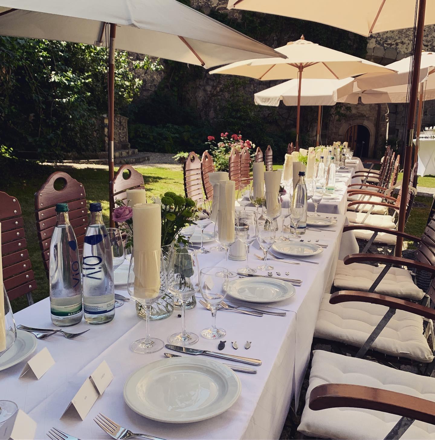 Sommerhochzeitsfeier im Schlosshof