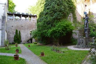 Innenhof mit Ritterbrunnen