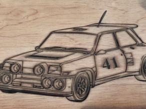 Gravure de voiture sur plaque en bois
