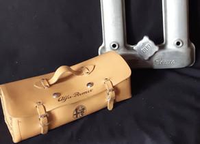 Gravure sur sacoche en cuir