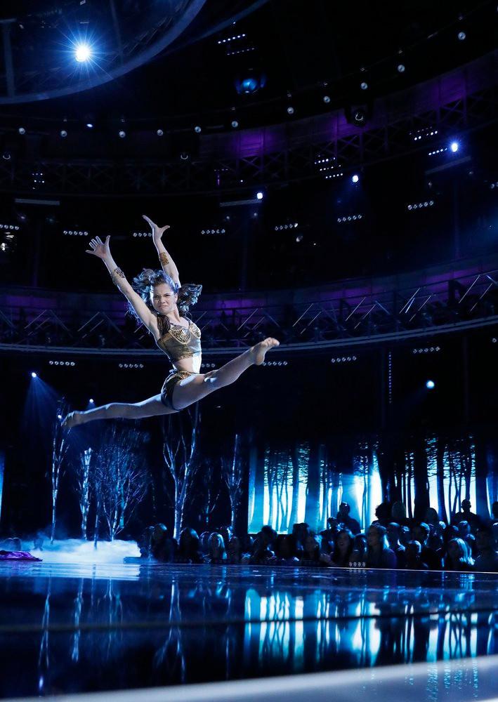 Eva Igo leaping