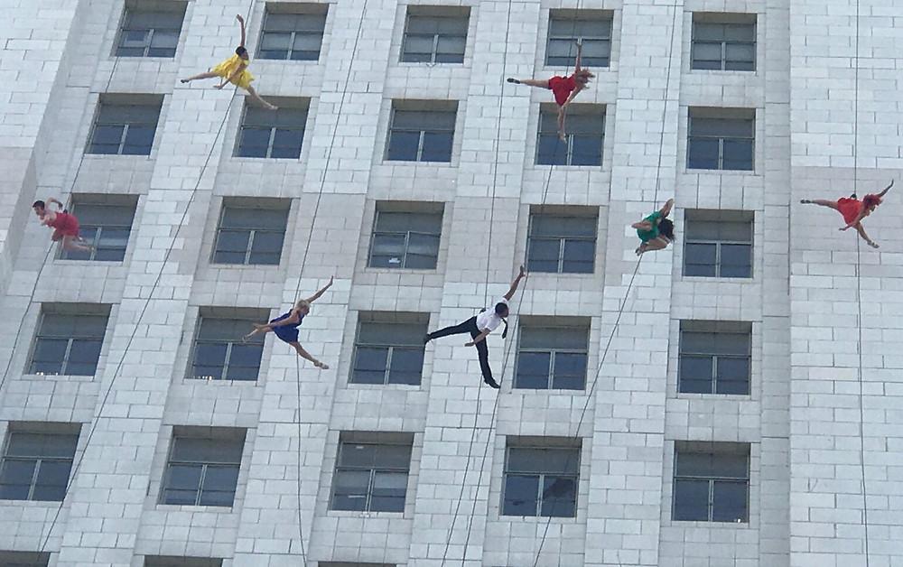 Bandaloop-dancers