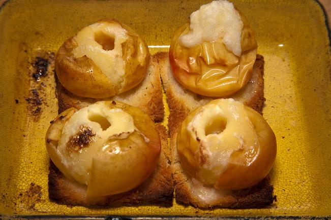 Baked apples Burgundian style