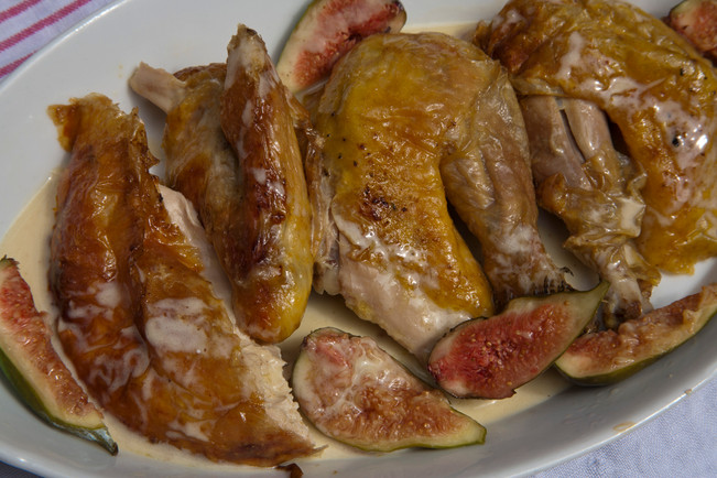 Roast Guinea-fowl with figs in a cream sauce