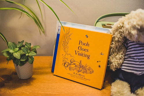 Pooh Goes Visiting (Linen Ed)